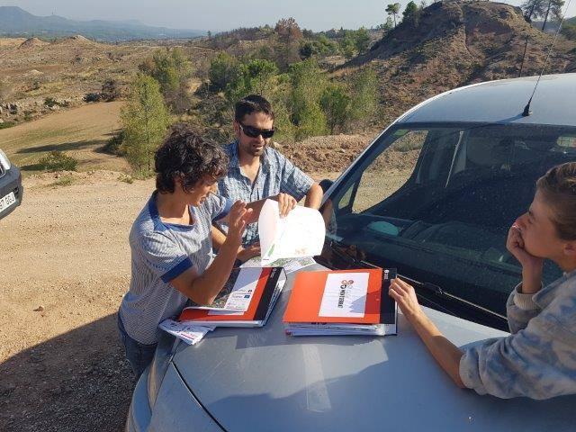 Los representantes de los proyectos LIFE The Green Link y LIFE MONTSERRAT discuten sobre el plan de gestión para El Monte Montserrat y sus alrededores.