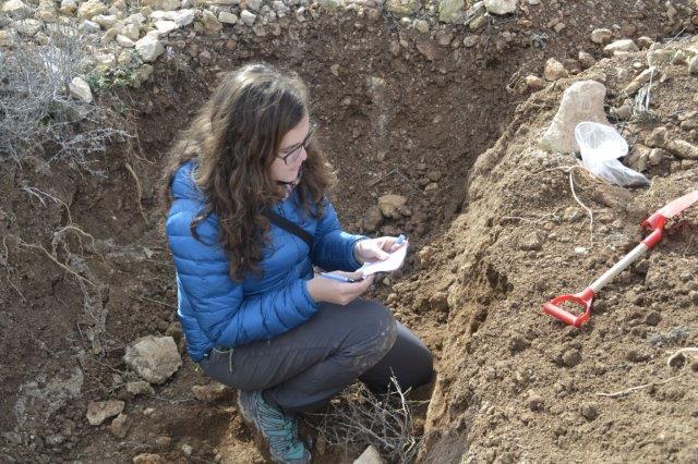 El equipo de la UAL-CAESCG toma muestras del suelo y observa características importantes del suelo, entre ellos el crecimiento de las raíces y el almacenamiento del carbono.