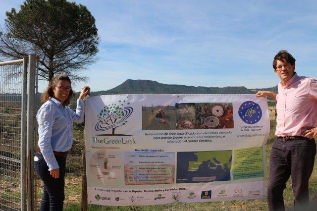 Instalación del cartel informativo en el área demostrativa de El Bruc