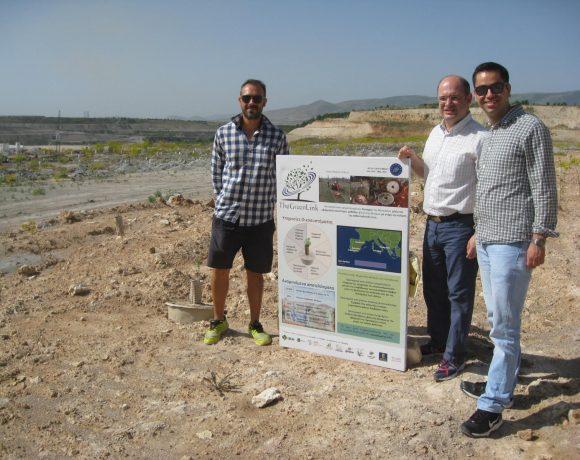 Instalación del cartel informativo en el área demostrativa de Ptolemais