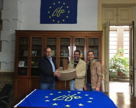 Entrega de 100 cocoons al presidente de la Heredad de Aguas de Arucas y Firgas